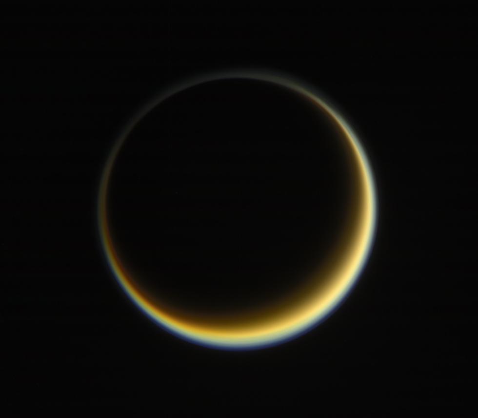 La luna Titano di Saturno, fotografata dalla sonda spaziale Cassini, che quest'anno ha terminato la sua missione intorno al pianeta famoso per i suoi anelli. Cassini si è polverizzata nell'atmosfera di Saturno a 1,5 miliardi di chilometri da noi, dopo 20 anni di onoratissimo servizio, a metà settembre.  (NASA/JPL-Caltech/Space Science Institute)