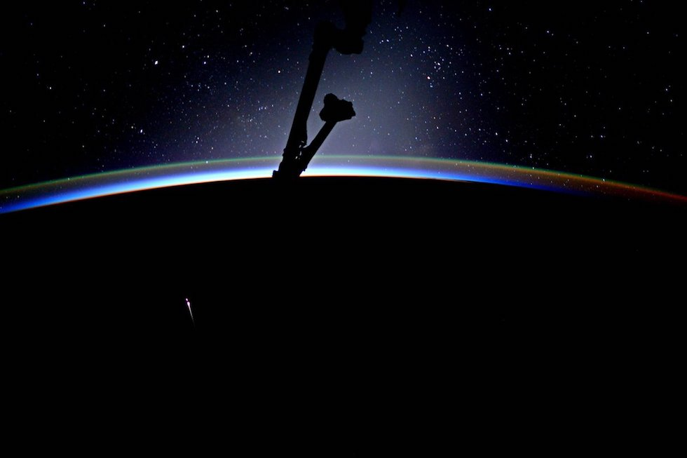 La sonda da trasporto Dragon di SpaceX al suo rientro nell'atmosfera, dopo avere portato provviste e altro materiale sulla Stazione Spaziale Internazionale, lo scorso luglio.  (Jack Fischer, NASA/ESA)