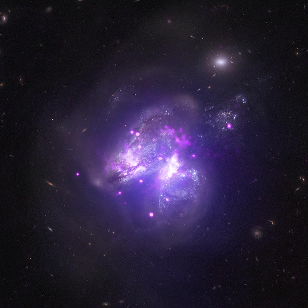 Ottenuta mettendo insieme le immagini fornite da tre telescopi spaziali, mostra il sistema di due galassie Arp 299, distante circa 140 milioni di anni luce da noi. Le due galassie interagiscono tra loro e si stanno fondendo insieme, creando un groviglio di stelle, corpi celesti e polvere stellare.   (NASA/CXC/Univ of Crete/K. Anastasopoulou et al, NASA/NuSTAR/GSFC/A. Ptak et al, NASA/STScI)