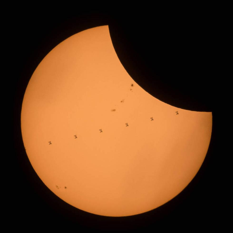La Stazione Spaziale Internazionale vista in prospettiva mentre attraversa il disco solare, nel giorno dell'eclissi totale di Sole del 21 agosto scorso  (NASA/Joel Kowsky)