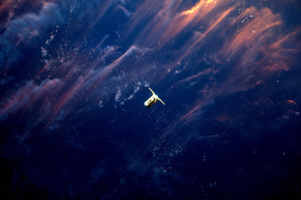 Il veicolo da trasporto Cygnus fotografato dalla Stazione Spaziale Internazionale, mentre si avvicina per l'attracco  (Thomas Pesquet, ESA/NASA)