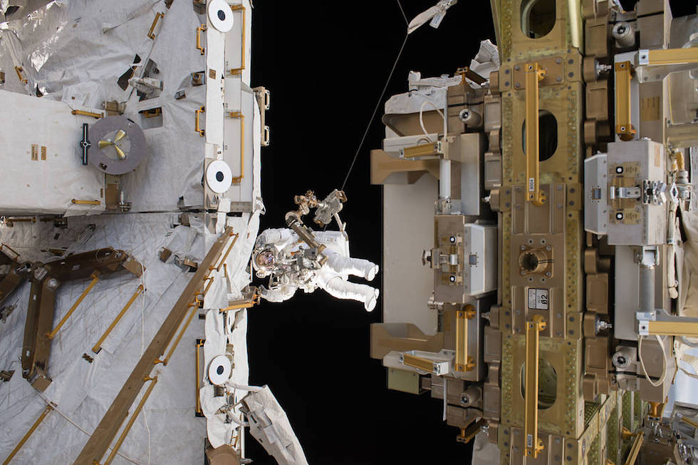 """L'astronauta francese Thomas Pesquet nel corso di un'attività extraveicolare (""""passeggiata spaziale"""") all'esterno della Stazione Spaziale Internazionale, il 24 marzo 2017  (ESA/NASA)"""