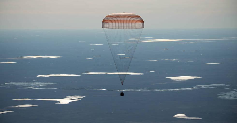 La Soyuz MS-02, con tre astronauti a bordo di ritorno dalla Stazione Spaziale Internazionale, frenata dal paracadute mentre rientra sulla Terra in Kazakistan, 10 aprile 2017  (NASA/Bill Ingalls)