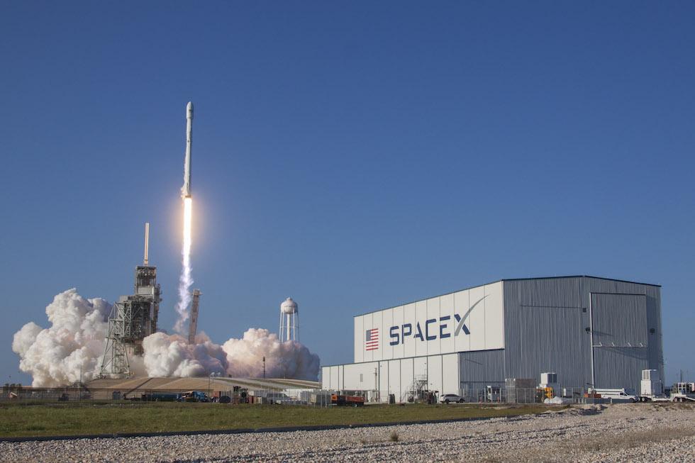 A fine marzo, SpaceX ha riutilizzato con successo un suo razzo Falcon 9 per un lancio spaziale, per la prima volta nella storia di un lanciatore con la capacità di raggiungere l'orbita terrestre. Il lancio è avvenuto regolarmente da Cape Canaveral, in Florida, per il trasporto in orbita di un satellite per le telecomunicazioni. Il Falcon 9 è poi tornato indietro ed è atterrato autonomamente su una piattaforma galleggiante nell'Oceano Atlantico: potrà essere utilizzato in futuro per un'ulteriore missione. Il CEO di SpaceX, Elon Musk, ha commentato il successo pochi minuti dopo il ritorno del razzo sulla Terra, esprimendo con un po' di commozione gratitudine per gli ingegneri e i tecnici della sua azienda: