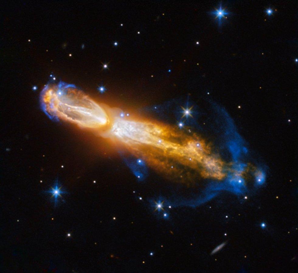 """La nebulosa Calabash (letteralmente, nebulosa """"zucca a fiasco"""") si trova a 5mila anni luce di distanza dalla Terra ed è un ottimo esempio della morte di una stella. L'immagine la mostra mentre si trasforma da gigante rossa a nebulosa planetaria, stadio nel quale diffonde gli strati più esterni dei suoi gas nello spazio circostante. Il materiale viene emesso ad altissima velocità: i gas con una colorazione gialla viaggiano a circa un milione di chilometri orari. È raro riuscire a compiere un osservazione di questo tipo, perché questa fase dell'evoluzione stellare dura pochi istanti, in termini astronomici. Nelle prossime migliaia di anni, la nebulosa si evolverà fino a diventare una nebulosa planetaria vera e propria.   (ESA/Hubble & NASA, Acknowledgement: Judy Schmidt)"""