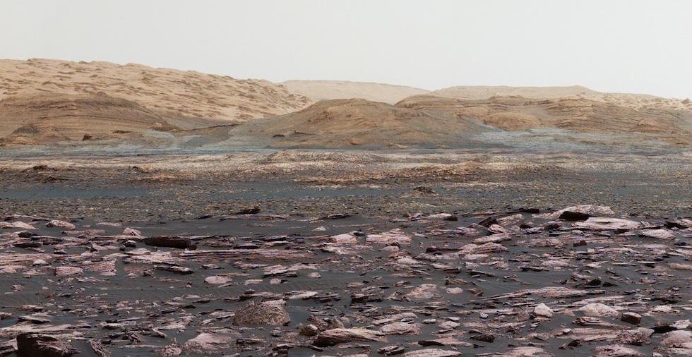 Una fotografia panoramica di Marte, realizzata mettendo insieme diverse fotografie scattate dal rover della NASA, Curiosity, a inizio anno. Curiosity è sul pianeta da più di 5 anni e continua a realizzare osservazioni e a raccogliere dati che ci aiutano a capire caratteristiche e storia geologica di Marte.  (NASA/JPL-Caltech/MSSS)