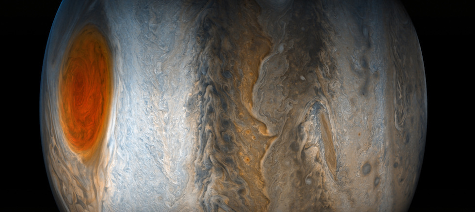 Il pianeta Giove, il più grande del nostro sistema solare, osservato dalla sonda spaziale Juno. A sinistra è visibile la Grande Macchia Rossa, una colossale tempesta che dura da almeno tre secoli, così estesa da avere un diametro pari a tre volte quello della Terra. La tempesta è nell'emisfero nord del pianeta, la fotografia è ruotata di 90 gradi verso sinistra.  (NASA/JPL-Caltech/SwRI/MSSS/Gerald Eichstadt/Sean Doran)