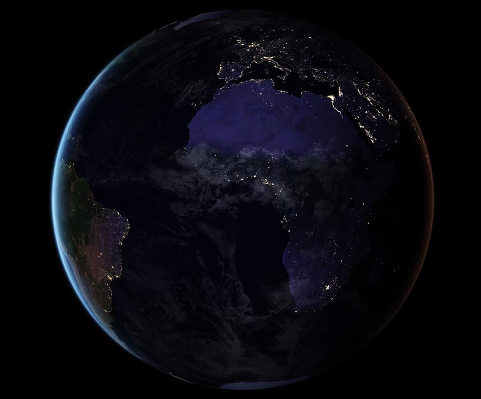 Quest'anno la NASA ha diffuso una nuova versione ad altissima definizione del mondo di notte. Per realizzarla, i ricercatori hanno preso in considerazione il modo in cui la luce viene riflessa e deviata dal suolo, dagli oceani e dall'atmosfera terrestre. Hanno inoltre dovuto tenere in considerazione i periodi dell'anno in cui le fasi lunari influiscono sulla luminosità notturna del nostro pianeta. La nuova mappa è una sorta di gigantesco collage di migliaia di immagini e dati raccolti nel corso del 2016 e diffusi nel 2017. Con l'aiuto dei computer, il gruppo di ricerca ha scelto le migliori immagini disponibili, scartando quelle disturbate dal passaggio delle nuvole o illuminate in modo eccessivo durante i pleniluni.  (NASA)