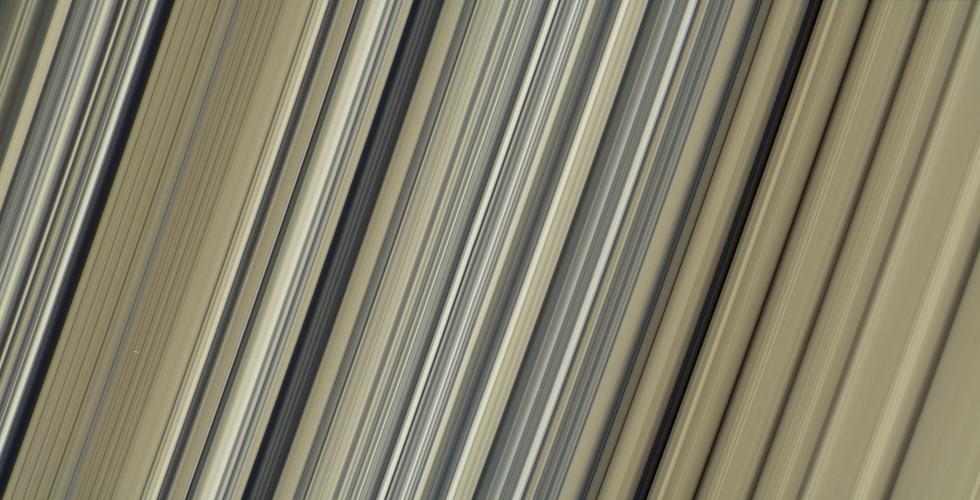 L'immagine a colori a più alta risoluzione mai realizzata di una porzione degli anelli di Saturno, scattata dalla sonda spaziale Cassini, che ha terminato la sua missione il 15 settembre scorso, polverizzandosi nell'atmosfera del pianeta.  (NASA/JPL-Caltech/Space Science Institute)