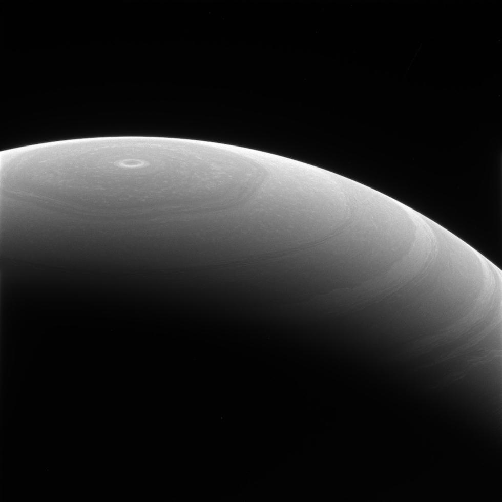 Il polo nord di Saturno con ben visibile la sua grande perturbazione a forma di esagono: ha un'estensione massima di 30mila chilometri (il diametro della Terra è di circa 12.700 chilometri) ed è stato originato da una grande tempesta al suo centro, una sorta di ciclone, con venti che superano i 320 chilometri orari. Le correnti d'aria hanno dato alla perturbazione il suo aspetto esagonale. Sulla Terra, i cicloni hanno di solito una durata limitata nel tempo, determinata soprattutto dal loro passaggio sulla terraferma, che porta al loro indebolimento. Saturno è sostanzialmente una grande palla di gas e questo condiziona il comportamento dell'esagono: gli astronomi sanno che esiste da decenni, ma non si esclude che si possa essere originata secoli fa.  (NASA.gov)