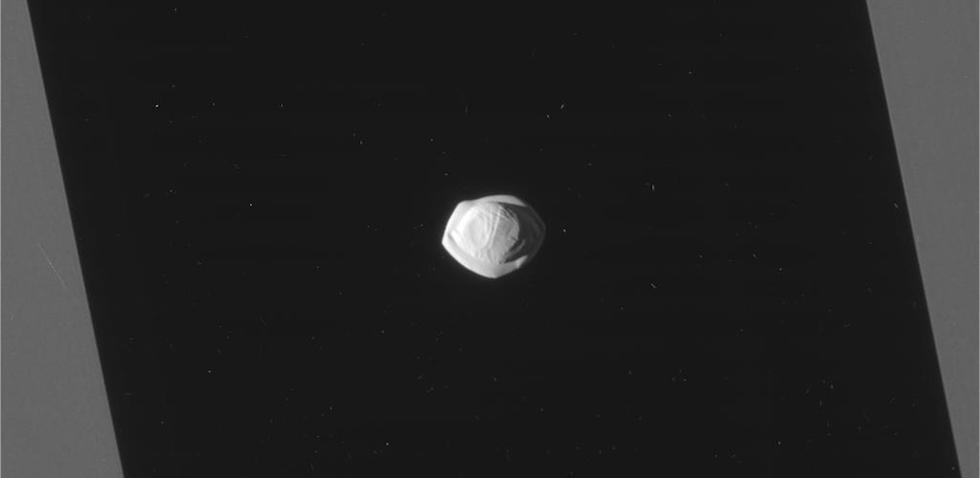 A inizio anno la sonda Cassini della NASA ha scattato una serie di fotografie a Pan, una piccola luna di Saturno scoperta meno di 30 anni fa e sulla quale abbiamo ancora poche informazioni. Le immagini sono state realizzate quando la sonda si trovava a una distanza di 24.572 chilometri da Pan.   (NASA/JPL-Caltech/Space Science Institute)