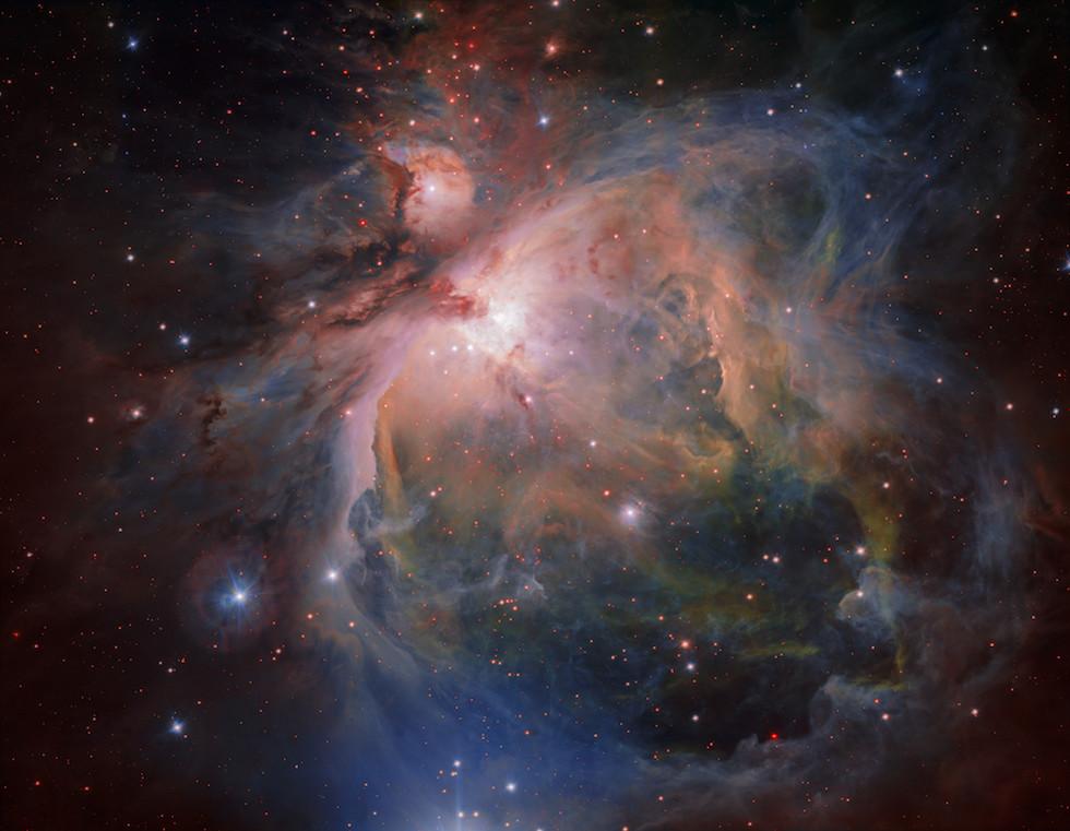 La Nebulosa di Orione è tra le nebulose diffuse più brillanti nel cielo. Ha una estensione di 24 anni luce ed è un crogiolo di nuove stelle, il più vicino al nostro sistema solare, ma comunque a 1350 anni luce da noi.  (ESO)