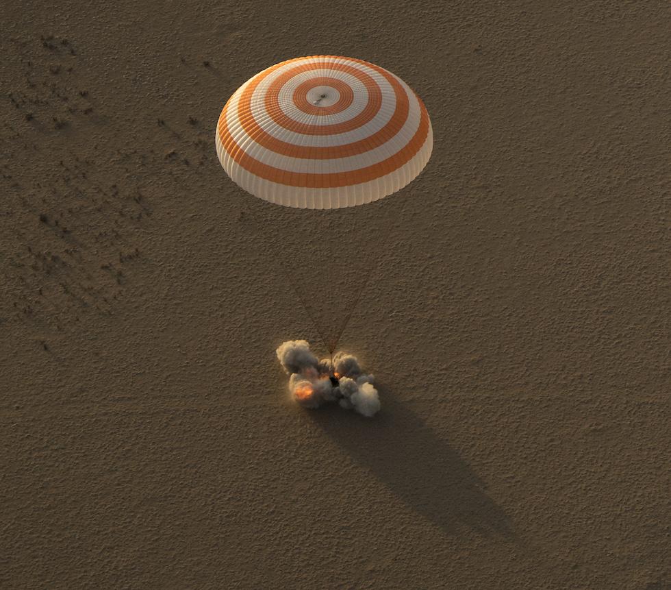 La capsula Soyuz MS-04 tocca il suolo del Kazakistan con a bordo tre astronauti dell'Expedition 52, dopo il loro periodo trascorso a bordo della Stazione Spaziale Internazionale. Le fiamme e le nuvole di fumo sono prodotte dai retrorazzi della capsula, che si attivano pochi istanti prima del contatto con il terreno per attutire l'atterraggio, insieme con il paracadute. 3 settembre 2017  (Bill Ingalls/NASA via Getty Images)