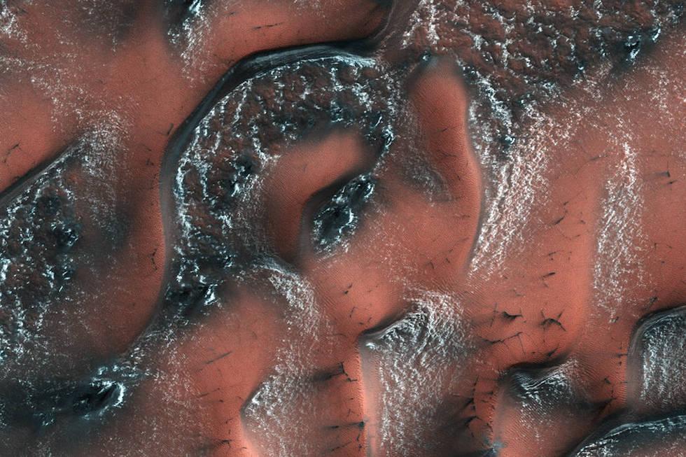 L'emisfero settentrionale di Marte durante la primavera marziana, con strati di neve e ghiaccio sul suolo. A differenza della nostra neve che è fatta principalmente di acqua, quella su Marte è formata da anidride carbonica, in pratica è ghiaccio secco.   (NASA/JPL/University of Arizona)