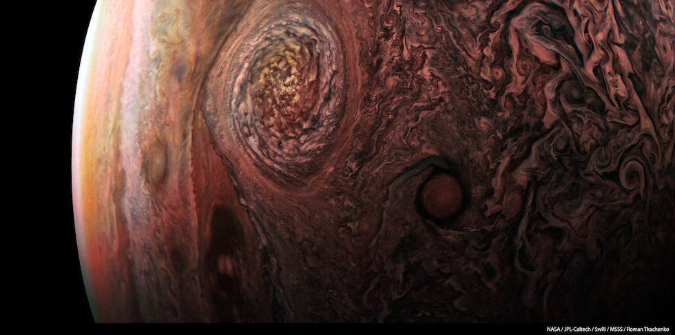 Una fotografia scattata dalla sonda Juno della NASA nel corso di un passaggio ravvicinato a Giove, il pianeta più grande del nostro Sistema solare. Juno ha sorvolato e fotografato la Grande Macchia Rossa, una colossale tempesta che dura da almeno tre secoli, così estesa da avere un diametro pari a tre volte quello della Terra. Nessuna sonda in precedenza aveva realizzato immagini così nitide di una delle caratteristiche più famose di Giove, raccogliendo dati che serviranno ai ricercatori per comprendere meglio come funziona l'atmosfera del pianeta.  (NASA / JPL-Caltech / SwRI / MSSS / Roman Tkachenko)