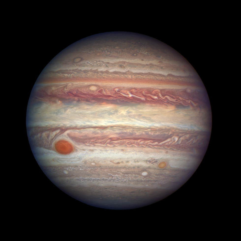 Il 3 aprile scorso Giove si trovava a 668 milioni di chilometri dalla Terra, la distanza più breve raggiunta quest'anno rispetto al nostro pianeta. Il telescopio spaziale Hubble ha sfruttato questa occasione per scattare una nuova fotografia di Giove, il pianeta più grande del nostro sistema solare, una delle più nitide e colorate mai realizzate dalle sue lenti. Sono visibili le nuvole che avvolgono il pianeta e che producono gigantesche perturbazioni, come la Grande Macchia Rossa.  (NASA, ESA e A. Simon del NASA Goddard)
