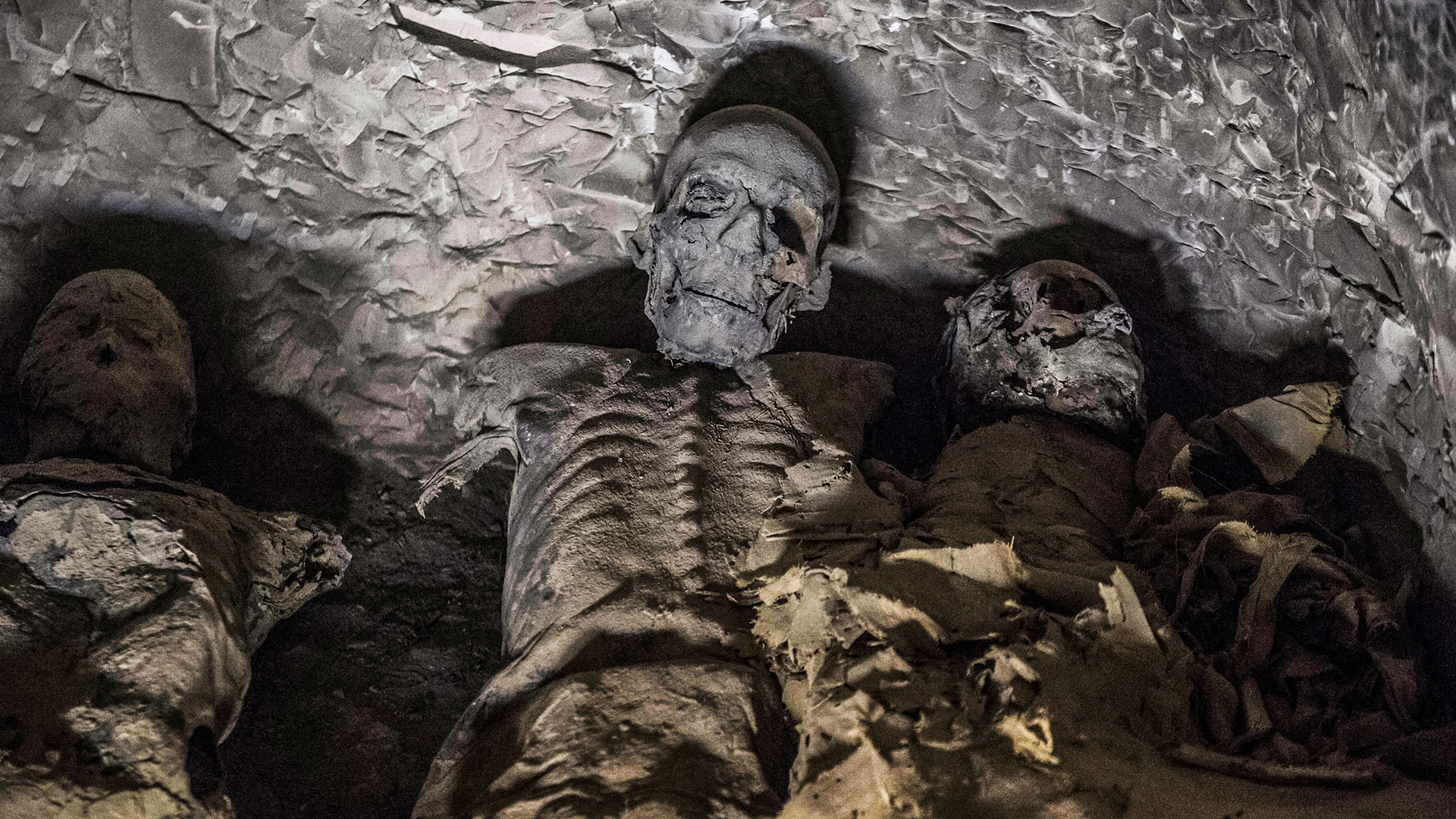 This picture taken on November 24, 2018 shows a group of mummies stacked together at the site of Tomb TT28, which was discovered by an Egyptian archaelogical mission at Al-Assasif necropolis on the west bank of the Nile north of the southern Egyptian city of Luxor. - Located between the royal tombs at the Valley of the Queens and the Valley of the Kings, the Al-Assasif necropolis is the burial site of nobles and senior officials close to the pharaohs. (Photo by Khaled DESOUKI / AFP)